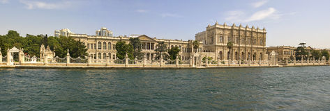 Palacio grande en un río Foto de archivo