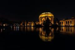 Palacio iluminado de bellas arte en San Francisco en la noche Foto de archivo libre de regalías