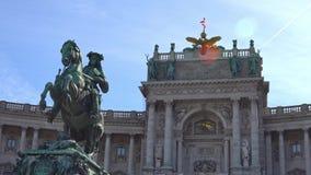 Palacio imperial Hofburg y estatua Viena, Austria almacen de video