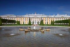 Palacio magnífico de Peterhof fotos de archivo