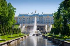 Palacio magnífico de Peterhof, la cascada magnífica y Samson Fountain Foto de archivo libre de regalías