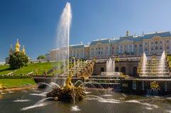 Palacio magnífico de Peterhof, la cascada magnífica y Samson Fountain Foto de archivo