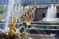 Palacio magnífico de Peterhof, la cascada magnífica y Samson Fountain Imágenes de archivo libres de regalías