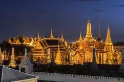Palacio magnífico Emerald Buddha Wat Phra Kaew del viaje del templo de Tailandia en el cielo azul crepuscular del tráfico en Bang Imagen de archivo