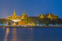 Palacio magnífico en la noche Fotos de archivo
