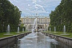 Palacio magnífico Rusia de Peterhof de las fuentes de la cascada Foto de archivo libre de regalías