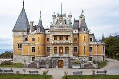 Palacio medieval por el palacio Alexander del mar III. Massandra. Crim Imagen de archivo libre de regalías