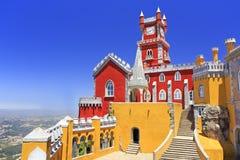Palacio nacional de Pena sobre la ciudad de Sintra Foto de archivo libre de regalías