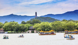 Palacio Pekín China de Yue Feng Pagoda Lake Boats Summer Imagenes de archivo