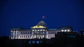 Palacio presidencial de Georgia en Tbilisi en la noche almacen de video