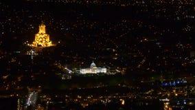 Palacio presidencial y catedral de Sameba en Tbilisi en la noche Visión superior metrajes