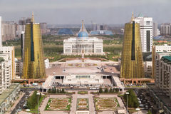 Palacio presidencial y torres gemelas en distrito gubernamental fotografía de archivo