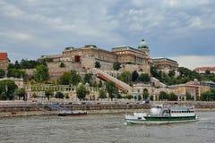 Palacio real y un barco, Hungría de Budapest Imagenes de archivo