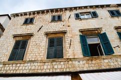 Palacio viejo hermoso con las ventanas tipical en la calle en la ciudad vieja de Dubrovnik Fotos de archivo libres de regalías