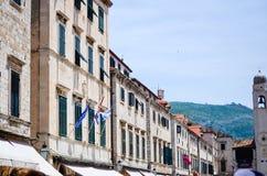 Palacio viejo hermoso en la calle que camina principal en la ciudad vieja de Dubrovnik Imagen de archivo libre de regalías
