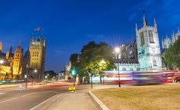 Palacio y Abbey Precincts Park en la noche, Londres de Westminster Imagenes de archivo