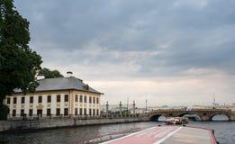 Palacio y canales de verano en St Petersburg, Rusia Fotos de archivo