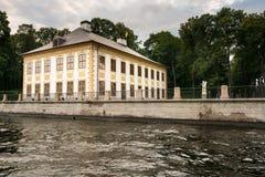 Palacio y canales de verano en St Petersburg, Rusia Fotos de archivo libres de regalías