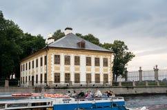 Palacio y canales de verano en St Petersburg, Rusia Imágenes de archivo libres de regalías