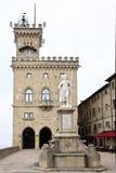 Palacio y estatua de la libertad públicos en San Marino Fotografía de archivo libre de regalías