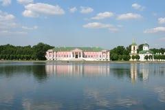 Palacio y iglesia en el museo-estado Kuskovo, monumento de los 18 Foto de archivo