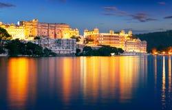 Palacio y lago en la noche, Udaipur, Rajasthán, la India de la ciudad Pichola fotos de archivo