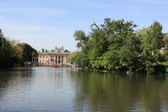 Palacio y lago, Polonia de Varsovia Lazienki Imagen de archivo libre de regalías