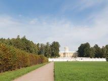 Palacio y parque en el estilo regular Foto de archivo