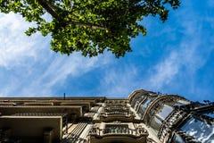 Palacios y árboles de Barcelona de la parte inferior Fotos de archivo