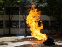 Palacz demonstruje dlaczego tłumić ogienia od benzynowych zbiorników fotografia stock