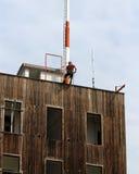 Palacza wspinaczkowy ekspert podczas podbiegu abseiling od budowy zdjęcie royalty free