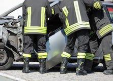 palacze usuwają drzwi samochód po wypadku samochodowego odzyskiwać obrazy royalty free