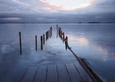 Palafitic-Pier versenkt bei Sonnenuntergang stockbilder