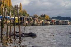 Palafitos na frente do litoral, as casas tradicionais do wo fotografia de stock