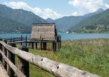 Palafittes intorno al lago in Trentino, Italia Ledro Immagini Stock