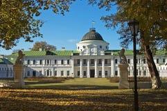 Palais antique en automne aménagé en parc de parc Photo libre de droits