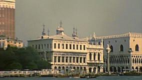 Palais archivistique de doge de Venise par la mer banque de vidéos