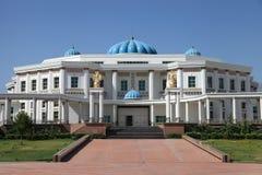 Palais avec des colonnes et des dômes bleus. Le Turkménistan. images libres de droits