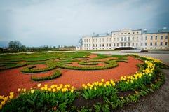 Palais baroque de type avec le jardin français image libre de droits