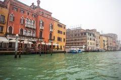 Palais célèbres sur Grand Canal à Venise, Italie humidité photo stock
