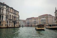 Palais célèbres sur Grand Canal à Venise, Italie humidité photographie stock libre de droits
