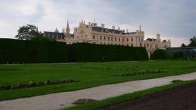 Palais - château Lednice et jardin de château Retranchez-vous Lednice, patrimoine mondial de l'UNESCO chez la Moravie du sud 4K banque de vidéos
