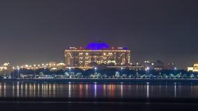 Palais d'émirats illuminé au timelapse de nuit, Abu Dhabi, Emirats Arabes Unis banque de vidéos