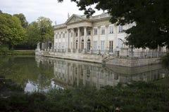 Palais d'été royal au-dessus de l'étang à Varsovie, Pologne Jour d'été, Photographie stock libre de droits