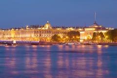 Palais d'Amirauté et d'hiver la nuit de mai, St Petersburg Image stock