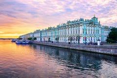 Palais d'hiver sur la rivière de Neva, St Petersburg, Russie Images libres de droits