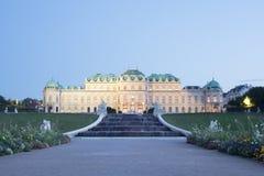 Palais de belvédère à Vienne au crépuscule photographie stock