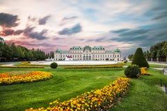 Palais de belvédère au coucher du soleil à Vienne, Autriche photographie stock