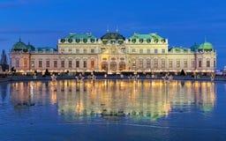 Palais de belvédère avec le village de Noël à Vienne, Autriche Images stock