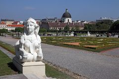 Palais de belvédère de statue et de jardin à Vienne image libre de droits